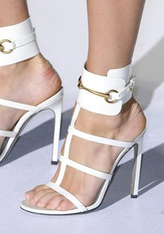I sandali sono gettonatissimi per la sposa di primavera: portali in versione schiava (d'amore).    Gucci, sfilata primavera-estate 2013