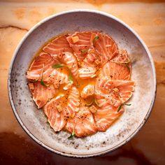 Le chef étoilé Cyril Lignac nous propose une entrée sucré-salée avec du saumon parfumé aux fruits de la passion et au poivre Timut du Népal.