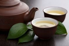 Green tea has long been a staple when it comes to healthy diet and detoxifying. Here are 7 healthy reasons why you should drink green tea daily. Green Tea Before Bed, Sushi Ingredients, Best Green Tea, Fat Burning Smoothies, How To Make Sushi, Green Tea Benefits, How To Make Greens, Burn Belly Fat Fast, Oolong Tea