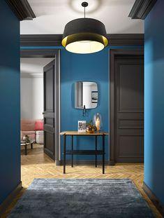 simple dramatic petrol blue hall with dark grey woodwork - Flur Black Baseboards, Interior Architecture, Interior And Exterior, Modern Interior, Grey Woodwork, Royal Blue Walls, Casa Milano, World Of Interiors, Deco Design