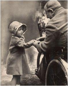 Королева Елизавета II пожимает руку старому солдату, Лондон, 1929 год.