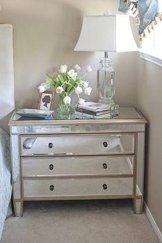 Parfaite table de chevet. Lampe et fleurs