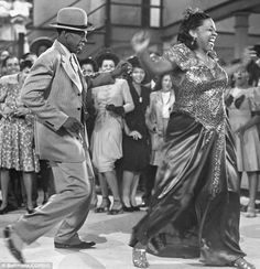 The lesbian blues singers of Harlem: How speakeasies and underground jazz bars became a home-from-home for New York's 'sexual deviants' Bar Dance, Ethel Waters, Renaissance Music, Jazz Bar, Vintage Black Glamour, Old Hollywood, Hollywood Actresses, Classic Hollywood, African American Women