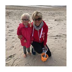 """Polubienia: 70, komentarze: 11 –  Tiphaine  (@desdoudousdansmonsacamain) na Instagramie: """"Sur la plage, certains jouent, d'autres ramassent des coquillages. Nous on fait des rencontres…"""""""