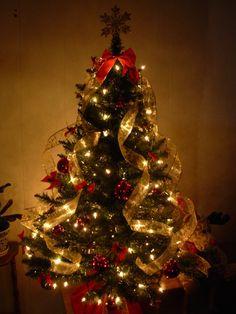 Arbre de Noël avec rubans en or