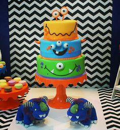 Bolo fake decorado com o tema #monstrinhos.  Decor da Convites e Festas.  Festa realizada no #buffetminiland #Minilandbuffet