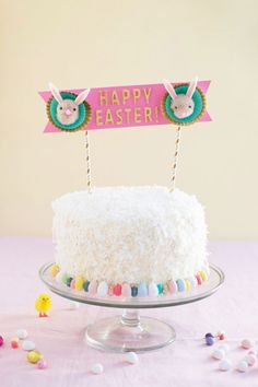 50 moderne Last Minute Osterdeko Ideen 2019 White cake – round and great Easter decoration Easter Bunny Cake, Hoppy Easter, Easter Cake Toppers, Diy Osterschmuck, Ostern Party, Diy Cake Topper, Diy Easter Decorations, Easter Holidays, Happy Holidays