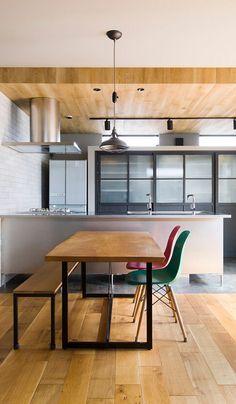 『余分なものをそぎ落とした、美しく無骨な家』 2階の子世帯。キッチンはオールステンレス。少し無骨なイメージによく合います。 Sweet Home Design, Home Room Design, House Design, Kitchen Dinning Room, Wooden Kitchen, Kitchen Interior, Room Interior, Interior Styling, Interior Decorating