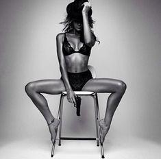 Portrait - Boudoir Photography - Lingerie - Black and White - Pose Idea / Inspiration