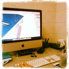 O diretor de arte da Z/Quattro, Haran Amorim, desenvolvendo o layout de uma embalagem.