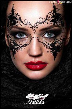 Se você quer fazer uma linda máscara para brincar o carnaval ou Halloween, aprenda a fazer com as fotos e vídeo do passo a passo e arrase!