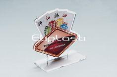 Troféu poker, feito de acrílico cristal com personalização por impressão UV no verso da peça.