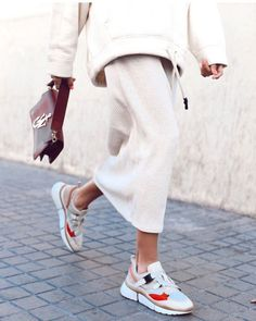 White outfit and colorful sneakers - Outfit Inspiration - shoes Sport Fashion, Look Fashion, Unique Fashion, Winter Fashion, Womens Fashion, Spring Fashion, 2000s Fashion, Classy Fashion, Petite Fashion