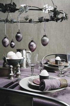 Autour des chaises Tolix gris acier, une déco de table de Noël violet et gris