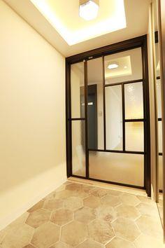 [BY 가치] 예쁜 아파트♡ 부천 40평대 아파트인테리어 시원스러운 크기의 48평 아파트인테리어.... Steel Windows, Windows And Doors, Style At Home, Door Dividers, Divider Design, Italia Design, Entrance Ways, Space Architecture, Front Design