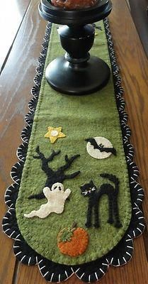 Halloween Penny Rug-I love how adorable this candle mat is. I could see having this in my home for Halloween for years to come. Halloween Quilts, Diy Halloween, Moldes Halloween, Adornos Halloween, Manualidades Halloween, Holidays Halloween, Halloween Decorations, Halloween Sewing Projects, Halloween Embroidery