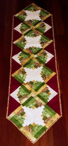 Log Cabin Quilting Table Runners Ideas For 2019 Patchwork Table Runner, Table Runner And Placemats, Table Runner Pattern, Quilted Table Runners, Patchwork Log Cabin, Log Cabin Quilts, Édredons Cabin Log, Log Cabins, Colchas Quilting
