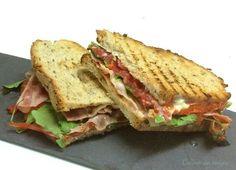 Descubre de qué ingredientes se componen los sándwiches que nos han recopilado en este post desde el blog COCINAR CON AMIGOS.