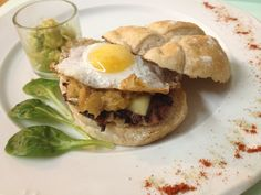 La Bodega.    Tapa: Hamburguesica con Jenjibre, cebolla caramelizada, queso, huevo de codorniz, canonigos y salsa de guacamole casera.   De 19.00h. a cierre. Lunes cerrado.