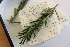 Découvrez la recette des savons maison exfoliants au romarin et aux graines de pavot, facile, rapide et sans soude.