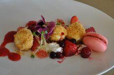 http://irischef.co.il/ עוגת גבינה פירורים עם פירות יער ומקרון תות
