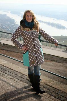 Nein, nicht wirklich im Regen. Als ich die Fotos für meinen neuen Mantel, den ich dieses mal als Regenmantel genäht habe,geschossen habe, w...