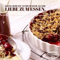 Schoko-Kirsch-Crumble: Warm serviert, knusprig und lecker feinherb schokoladig // #WortzumMittwoch - Sprüche zum Thema Backen, Kochen und Desserts: Keine Liebe ist aufrichtiger als die Liebe zum Essen.