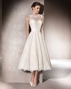 Short, bohemian wedding dress, flared and in Chantilly, with a spectacular sweetheart neckline under a semi-sheer yoke with crew neckline