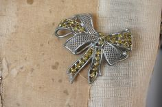 vintage 1950s brooch / 50s bow brooch / 50s yellow silver bow pin / 50s ribbon bow brooch / golden glitter bow pin