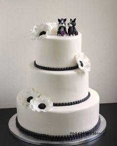 Marsispossu: Mustavalkoinen hääkakku, Wedding Cake with anemone flowers Anemone Flower, Flowers, Wedding Cakes, Desserts, Food, Food Cakes, Wedding Gown Cakes, Tailgate Desserts, Deserts