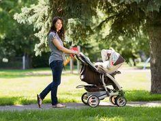 """Nach der Geburt des ersten Kindes gibt es wahrlich wichtigere Themen als einen flachen Bauch. Im Lauf der kommenden Monate wird aber nach und nach der Gedanke auftauchen, ob die schlanke Linie jemals zurückkehren wird. Oder ist es jetzt vorbei mit sexy Kurven? """"Nein!"""", sagt EATSMARTER und macht mit 10 Tipps und Infos schönen Mamitas Mut. #mama #kind #baby #figur geburt #frau #bauch #flach"""
