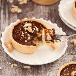 Nutty Caramel Chocolate Tarts - Almonds & cashews wrapped in caramel, fill a thin tart shell topped with Chocolate Ganache Chocolate Caramel Tart, Chocolate Caramels, Chocolate Tarts, Chocolate Recipes, Chocolate Ganache, Tart Recipes, Sweets Recipes, Gourmet Recipes, Baking Recipes