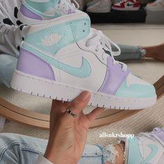 Dr Shoes, Cute Nike Shoes, Cute Sneakers, Hype Shoes, Retro Nike Shoes, Shoes Sneakers, Jordan Shoes Girls, Girls Shoes, Shoes Women