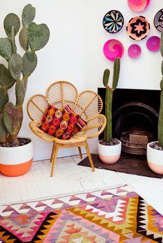 esprit bohème pour ce salon living cactus rug tapis graphique fauteuil en rotin