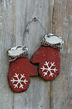 Primitive Wood Holiday Decor, Rustic Winter Decor, Red Mittens by mirela-anna - Wood Crafts Christmas Wood Crafts, Christmas Projects, Winter Christmas, Christmas Tree Ornaments, Holiday Crafts, Christmas Decorations, Winter Wood Crafts, Christmas Ideas, Diy Snowman Decorations