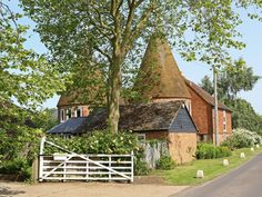 Potts Farm Oast Tenterden Situated in Tenterden in the Kent Region, this holiday home is 36 km from Canterbury. The unit is 43 km from Eastbourne. There is a dining area and a kitchen complete with a dishwasher and an oven. Country Life, Country Living, Amazing Buildings, House Styles, Countryside Homes, Places, Holiday, Travel, Canterbury