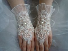 İvory lace wedding gloves, french lace glove, bridal gloves, ruffle lace glove,Pearl rhinestones button,bridal accessories