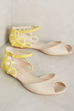 Sandals Summer Guilhermina Lys Flats - There is nothing more comfortable and cool to wear on your feet during the heat season than some flat sandals. Pretty Shoes, Beautiful Shoes, Cute Shoes, Me Too Shoes, Leather Sandals, Shoes Sandals, Flat Sandals, Flat Shoes, Summer Shoes