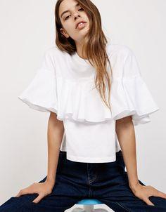 Camiseta volante popelín. Descubre ésta y muchas otras prendas en Bershka con nuevos productos cada semana 14,99
