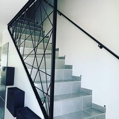 Garde corps escalier Modern guard for staircase made of steel. Made to order and customized. Contact us for more information. Diy Staircase Railing, Modern Railing, Stair Railing Design, Metal Stairs, Stair Handrail, Wooden Stairs, Modern Staircase, Escalier Design, Stairs Architecture