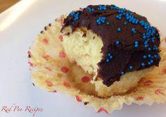 Yellow cupcakes with chocolate ganache Chocolate Ganache Frosting, Yellow Cupcakes, Plum Cake, Birthday Cupcakes, Birthdays, Cookies, Baking, Desserts, Recipes