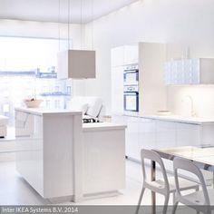 Eine Küche in strahlendem Weiß schafft eine helle, offene Raumatmosphäre. Auch kleine Räume können so optisch vergrößert werden und erzeugen den Eindruck,…