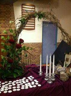 Symbolische schikking bij laatste zondag van het kerkelijk jaar. Hierin worden de overleden herdacht
