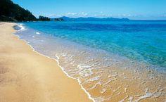日帰りで行ける!福井県「水晶浜」は間違いなく日本一の楽園ビーチ! まさに水晶のような透き通ったビーチ 出典:ag-skin.com 「水晶浜」は福井県の若狭湾の美浜町にあり、その砂浜からは常神半島を一望することが出来ます。水晶浜の近くには、ダイヤ浜 、竹波海水浴場、白浜、等 など沢山の海水浴場が、隣接しています。 また、特徴は色をエメラルドや青に変える美しさと、名前の通り透明度の高い水晶のような海です。