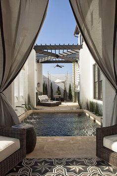 patio con piscina.`