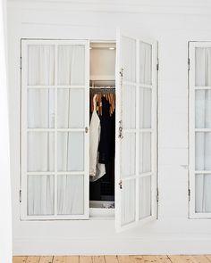 Platsbyggda garderober av gamla fönster