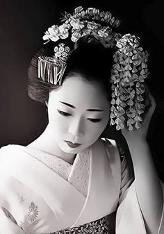 Maiko is an apprentice geisha in western Japan, especially Kyoto. Maiko are usually aged 15 to 20 years old and become geisha after learning how to dance (a kind of Japanese traditional dance), play the shamisen, and learning Kyō-kotoba (dialect of Kyoto) Geisha Kunst, Art Geisha, Geisha Japan, Japanese Beauty, Asian Beauty, Japan Kultur, Memoirs Of A Geisha, Art Asiatique, Turning Japanese