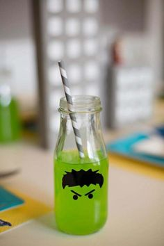 Decorar botella de cumpleaños de Hulk - http://xn--manualidadesparacumpleaos-voc.com/decorar-botella-de-cumpleanos-de-hulk/
