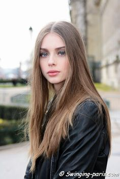 The Dutch model Lauren de Graaf (Elite) outside Chanel show, Paris FW 2016 RtW Fashion Week, March Corte Y Color, Natural Hair Styles, Long Hair Styles, Most Beautiful Faces, Light Brown Hair, Young Models, Portraits, Fair Skin, Timeless Beauty