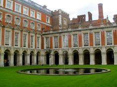 Hampton Court Palace: Courtyard